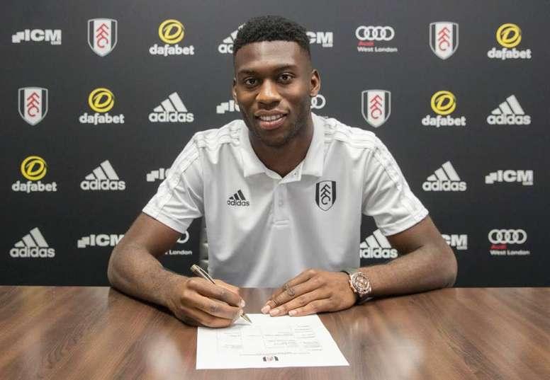 Fosu-Mensah signe à Fulham. FulhamFC