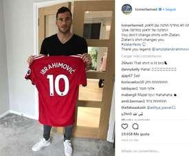 Tomer Hemed compartió una imagen en Instagram con la camiseta de Ibrahimovic. Instagram/TomerHemed