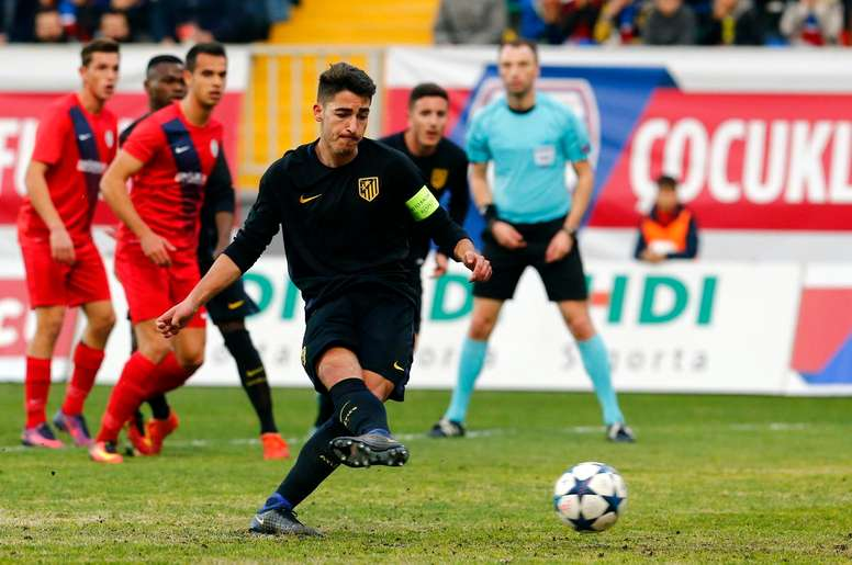 Toni Moya transforma un penalti en la Youth League. AtletiAcademia