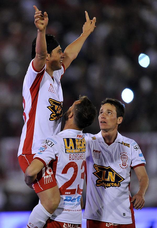 Toranzo es felicitado tras anotar el gol de la victoria en el Huracán-San Lorenzo. Twitter
