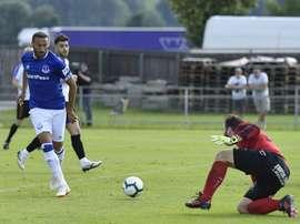Tosun anota uno de los goles del Everton en el amistoso ante el ATV Irdning. Everton