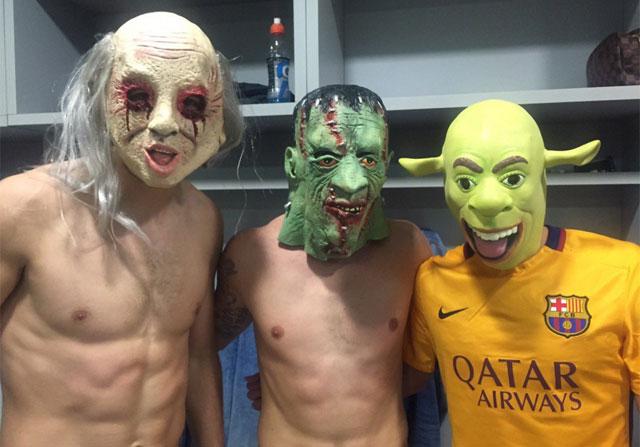 Tres jugadores del Barcelona, con máscaras, en el vestuario de Getafe.