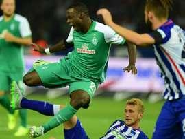 Ujah es derribado por Lustenberger en el Hertha 1-1 Weder Bremen de la segunda jornada de la Bundesliga. Twitter