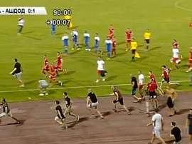 Ultras del CSKA invaden el terreno de juego y obligan a los futbolistas del Ashdod a dejar el campo.
