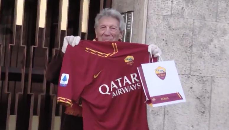 A Roma envia produtos básicos e presentes aos torcedores mais velhos. Captura/OfficialASRoma