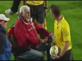 Un aficionado minusválido del Oss intenta atropellar al árbitro con su cochecito.