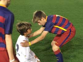 Un alevín del Barcelona consolando a otro del Real Madrid tras la final de la Mediterranean International Cup. Twitter