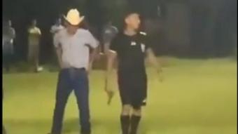 Un árbitro hondureño sacó una pistola. Captura/Twitter/Regla_XVIII