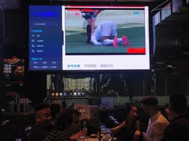 L'image qui redonne de l'espoir : du football dans les bars, sans masques... Twitter/TomHancock