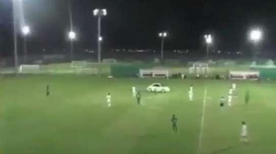Une voiture s'est introduite dans un stade. Captura/Twitter