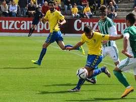 Un futbolista del Cádiz trata de disparar a puerta ante la oposición de dos rivales del Betis B. CadizCF