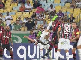 Un joueur de l'Atletico Paranaense reçoit un coup en pleine tête après le retourné d'un joueur de Fl