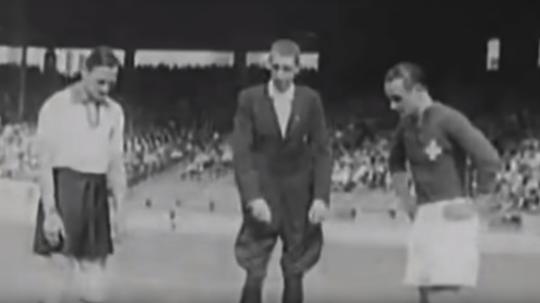 El árbitro decidió con qué balón empezar la final del Mundial. Captura