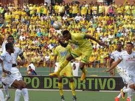 Jogador do Atlético Bucaramanga tem sido sancionado por fingir falta. AtleticoBucaramanga