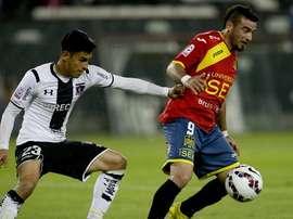 Un jugador de Colo Colo y otro de Unión Española pelean por el balón. Twitter