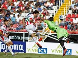 Un jugador de Necaxa remata en las semifinales de la Copa de México ante Cruz Azul. EFE