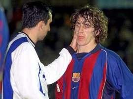 Un jugador del Figueres consuela a un joven Puyol por la eliminación copera del Barcelona. Twitter