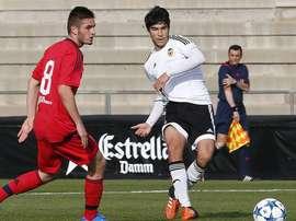 Un lance de juego entre los juveniles del Valencia y el Olympique de Lyon, en su último partido de la fase de grupos de la UEFA Youth League. Twitter