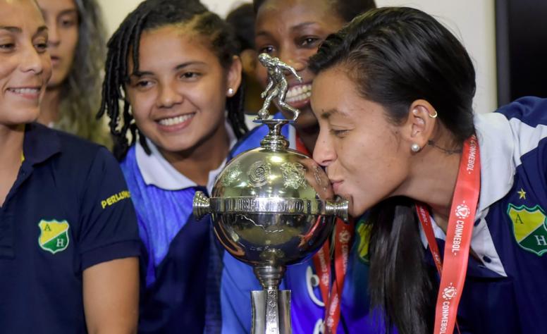Una jugadora de At. Huila besa la Copa Libertadores. Twitter/LibertadoresFEM