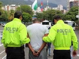 Uno de los presuntos agresores de Jefferson Herrera, tras ser apresado por la policía colombiana. Twitter