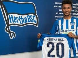 El lateral Valentino Lazaro posa con su nueva camiseta del Hertha de Berlín. HerthaBSC