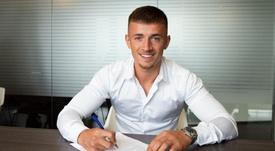 Van Beijnen firma con el Barcelona. Twitter/FCBarcelonaB