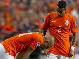 Van Der Wiel se interesa por Robben, que tuvo que retirarse a la media hora de juego. Twitter