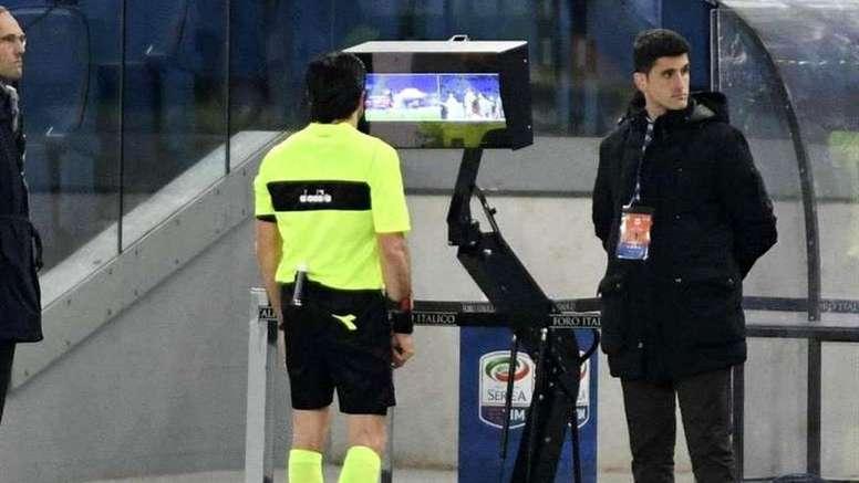 Si le football italien reprend, ce sera avec la VAR. EFE