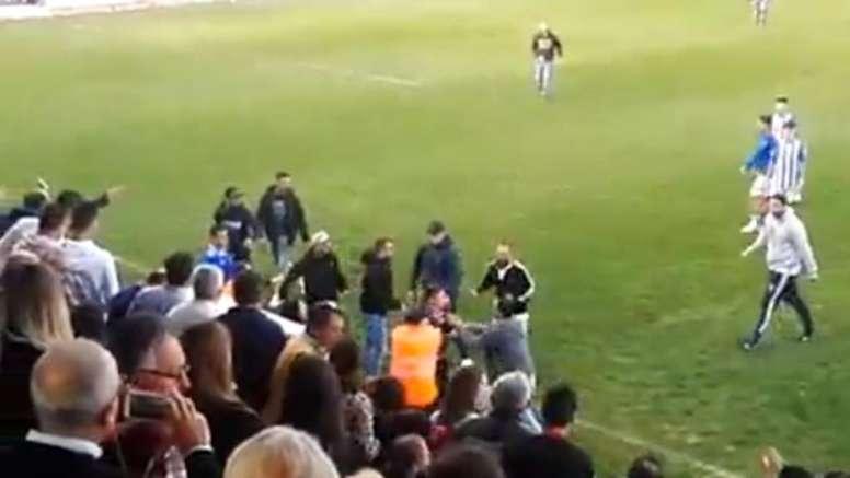Varios hinchas del Xerez saltaron al campo para agredir a futbolistas del Écija. Youtube/DamianYelam