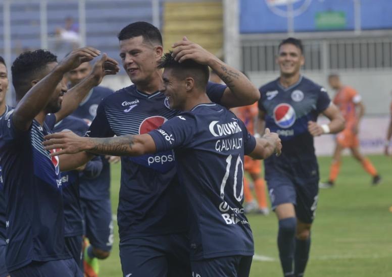 Varios jugadores de Motagua celebran un gol en la victoria antes Lobos. Twitter/CDMotagua