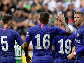 Varios jugadores del Chelsea felicitan a Barkley, autor del 2-2. ChelseaFC