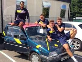 Varios jugadores del Oxford United posan con el coche comprado por el técnico. Instagram