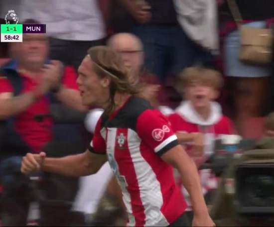 Vestergaard's header levelled the scores at St Mary's. Captura/DAZN