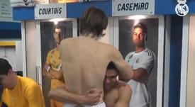 Casemiro foi recebido com carinho e cumprimentos no vestiário. Twitter @realmadrid