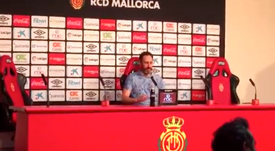 Los jugadores del Mallorca empaparon con cava a Vicente Moreno. Captura/Twitter/Carrusel