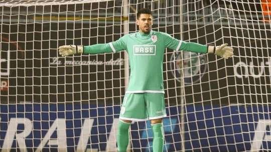 Victor Valdés se alza con su primer título en el Standard de Lieja.