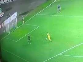 El joven jugador brasileño erró su primera pena máxima como profesional. Twitter