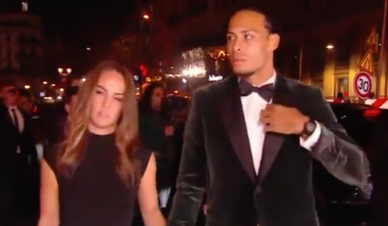 Van Dijk seemed really nervous on the red carpet of the event. Captura/francefootball