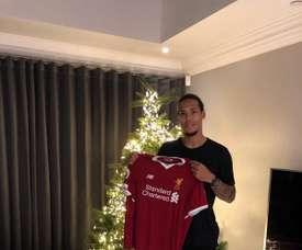 A mais recente, e mais cara, transferência entre os 'saints' e os 'reds': Van Dijk. Twitter/LFC
