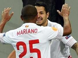 Vitolo y Mariano celebran el primer gol del Sevilla. UEFA
