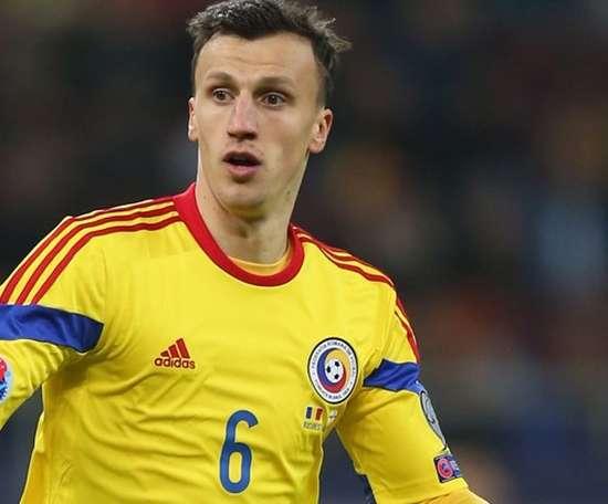 Le défenseur roumain s'est blessé en jouant avec sa sélection. AFP/EFE