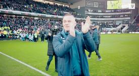 A colorosa recepção do Derby County a Wayne Rooney. Captura/RamsTV