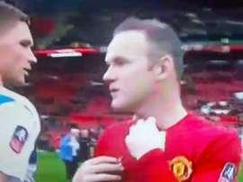 Wayne Rooney le ofrece su camiseta a un rival del Reading. Youtube