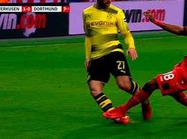 El árbitro primero sacó la amarilla, pero mostró la roja tras ver las imágenes. Captura