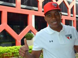 El futbolista ya posa con los colores de su nuevo equipo. Saopaulofc