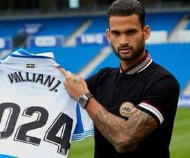 Willian José posa con la camiseta de la Real Sociedad. Twitter/RealSociedad