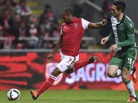 Wilson Eduardo chuta a puerta ante la oposición de Paulo Oliveira, en el Braga-Sporting de Lisboa de la Copa de Portugal. Twitter