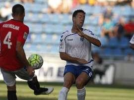 Xavi Molina centra un balón en el partido entre el Nàstic y el Tenerife. Twitter