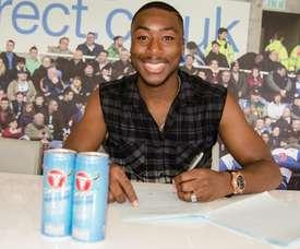 Yakou Meité, firmando su contrato con el Reading FC. ReadingFC