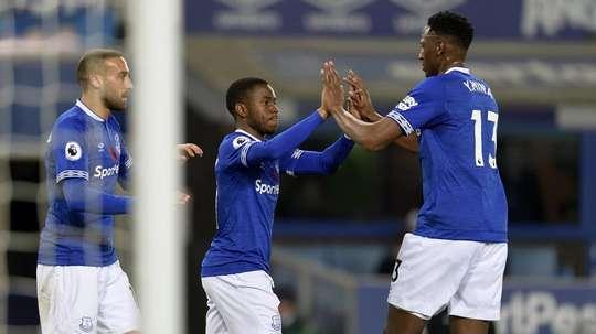 Yerry Mina celebrates with his Everton team-mates. Twitter/EvertonFC